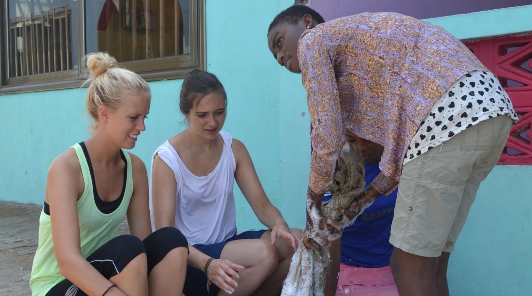 Voluntarias de Projects Abroad en Ghana preparando una actividad para enseñar a los niños a lavarse las manos.